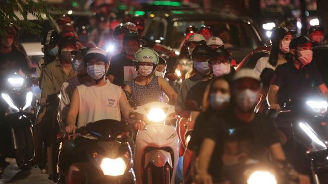 Thành quả chống dịch ở Hà Nội bị thách thức vì chủ quan đêm Trung thu. Nhiều bệnh nhân Covid-19 ở TP.HCM bị trầm cảm, sốc tinh thần - Ảnh 1.