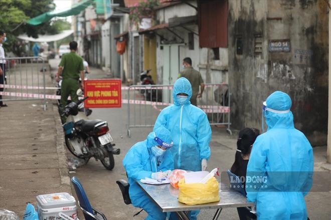 Phong tỏa chợ ở Hà Nội, nơi có F0 đến mua hàng. Ngày 22/9, Việt Nam có 11.527 ca mắc mới, 5.870 ca trong cộng đồng - Ảnh 1.