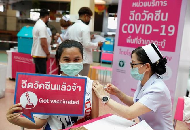 Láng giềng Việt Nam có phát kiến đặc biệt: 1 liều vaccine tiêm được 5 người; Bất ngờ về độ an toàn của vaccine Sinopharm - Ảnh 1.