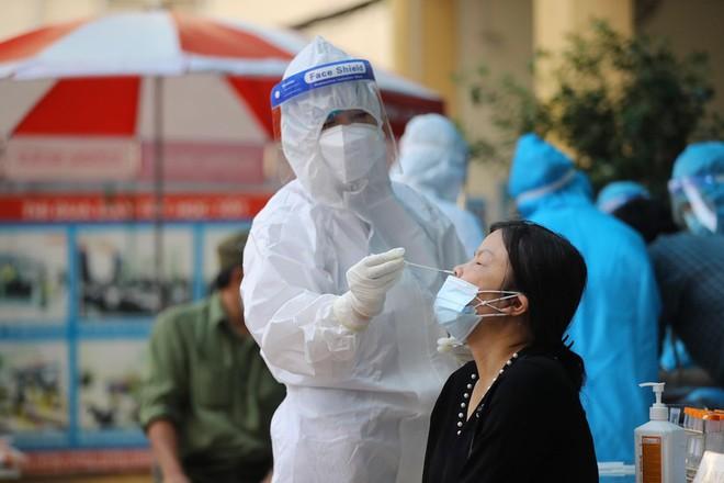 Đã có kết quả xét nghiệm hàng trăm người liên quan đến 2 ca tử vong mắc Covid-19 ở Hà Nội - Ảnh 1.