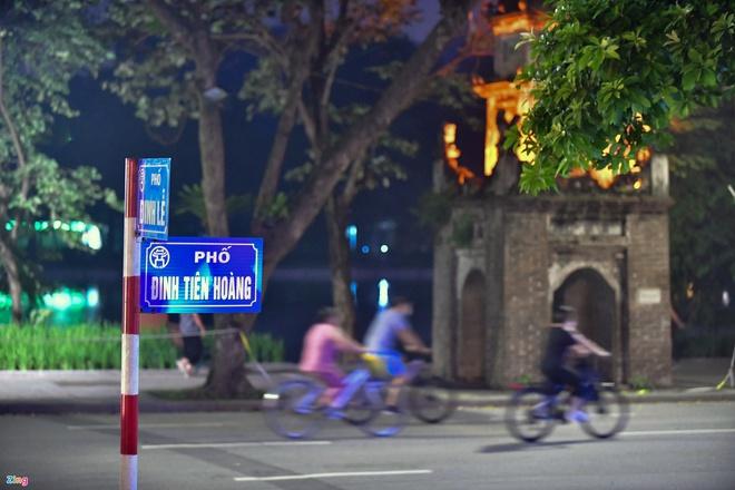 Bộ kit test nhanh chỉ 25.000-35.000 đồng, vì sao ở Việt Nam 80.000-200.000? Sáng nay, Hà Nội không có ca Covid-19 mới, còn 19 điểm phong tỏa - Ảnh 1.