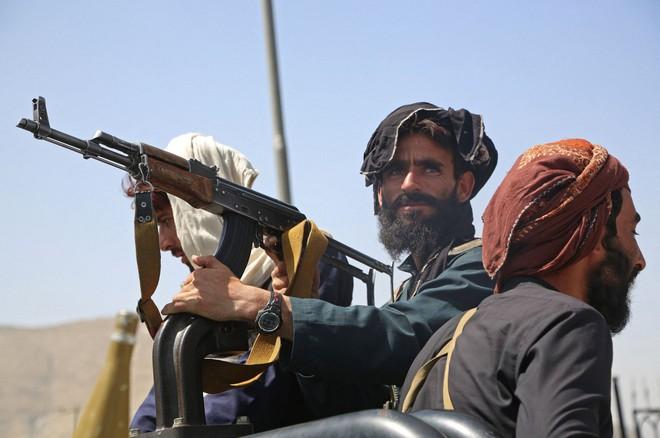"""NÓNG: Bắn nhau đẫm máu, Nga lên tiếng về khả năng cung cấp vũ khí cho Afghanistan - Taliban tuyên bố điều """"không thể tin nổi"""" về Trung Quốc - Ảnh 1."""