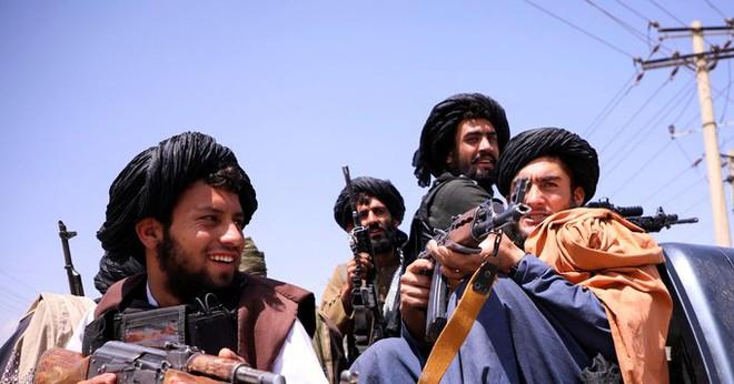 NÓNG: Quân nổi dậy đóng nắp nồi hầm Panjshir trước mũi hàng nghìn lính Taliban - Trực thăng UH-60 Black Hawk bất ngờ tham chiến! - Ảnh 1.