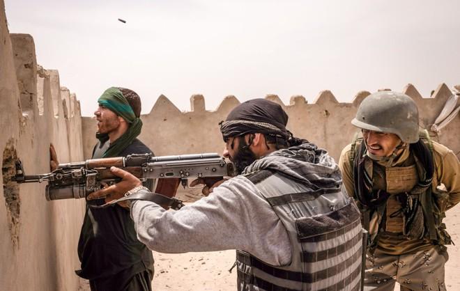 NÓNG: Quân nổi dậy đóng nắp nồi hầm Panjshir trước mũi hàng nghìn lính Taliban - Trực thăng UH-60 Black Hawk bất ngờ tham chiến! - Ảnh 2.
