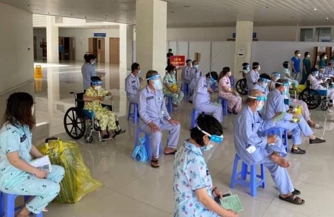 Nhiều bệnh nhân rất nặng được xuất viện; Xác minh nhân viên y tế ghi nhầm hay tiêm nhầm vắc xin Covid-19 - Ảnh 1.