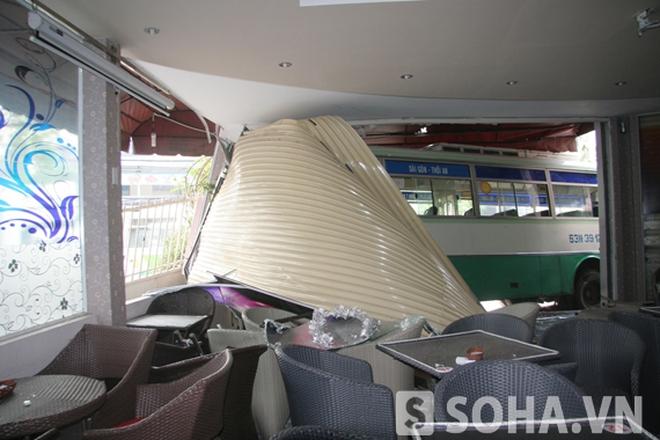 TP.HCM: Tránh xe máy, xe buýt lao thẳng vào quán cà phê