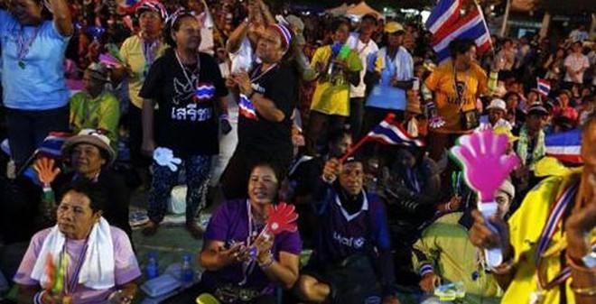 """Phe """"Áo đỏ"""" rục rịch bảo vệ Thủ tướng Thái Lan"""