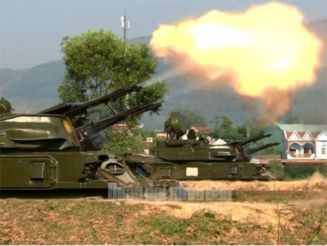 Clip: Pháo phòng không Việt Nam bắn đạn thật