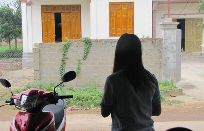 Cô gái bị chồng nhờ người hiếp dâm đã phát điên