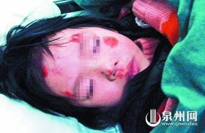 Xôn xao vụ bố bị cán chết sau khi ném con qua cửa xe ở Trung Quốc