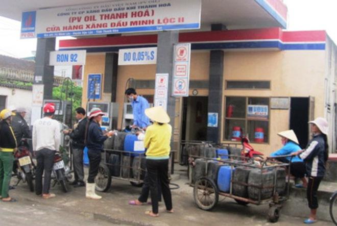 Ám ảnh giá xăng tiếp tục tăng đột ngột, dân đổ xô đi mua