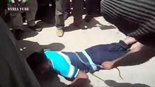 Phiến quân Syria đánh người dã man giữa phố
