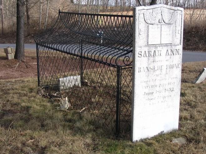 Những lời đồn đại kỳ bí xung quanh hai ngôi mộ bọc lồng sắt