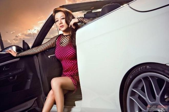 Váy lưới sexy bên Volkswagen Eos mui trần