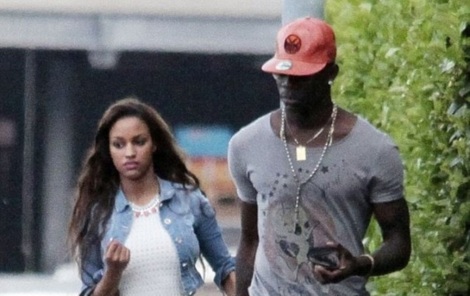 Balotelli rủ bạn gái ra công viên... đá bóng