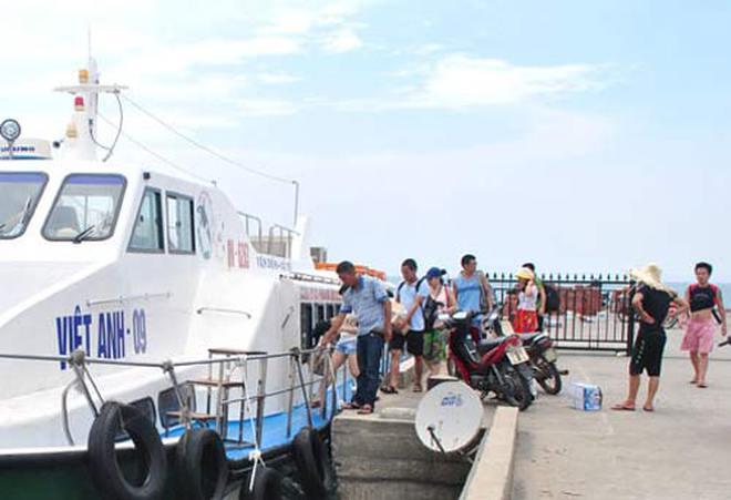 Hơn 500 du khách ở lại đảo Cô Tô để trải nghiệm bão lớn