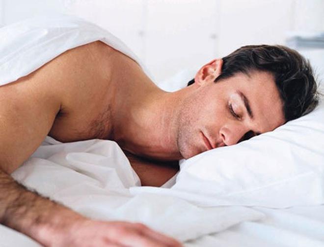 """Nằm nghiêng khi ngủ dễ mắc bệnh """"xoắn tinh hoàn""""?"""