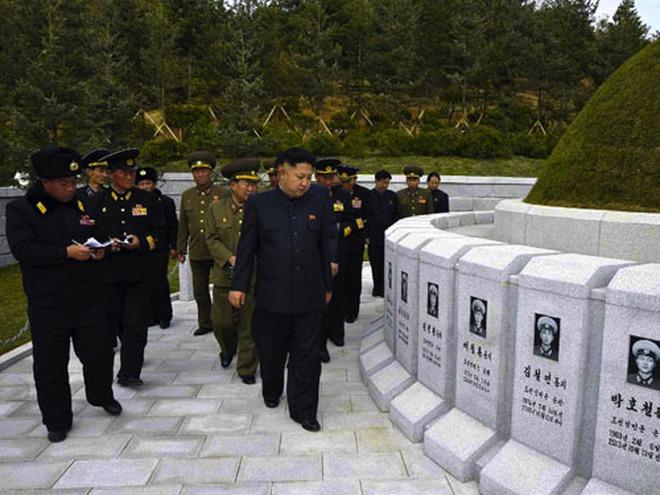 Ông Kim Jong-un viếng mộ 30 lính hải quân chết bí ẩn