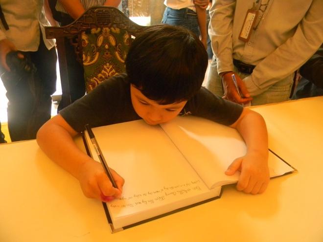 Xúc động cháu bé 7 tuổi ghi sổ tang Đại tướng