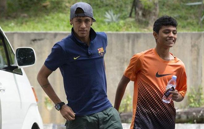 """Neymar chơi bóng đá đường phố tại khu """"ổ chuột"""" ở Kuala Lumpur"""