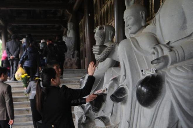 Tượng phật chùa Bái Đính xuống cấp vì du khách