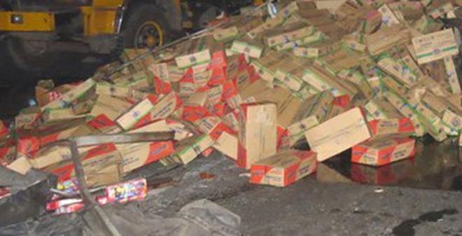 Tài xế say rượu, hàng trăm thùng sữa tung tóe trên đường