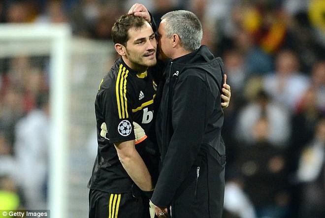 """Mourinho """"đì"""" Casillas đến phút cuối: Đúng là """"đặc biệt""""!"""