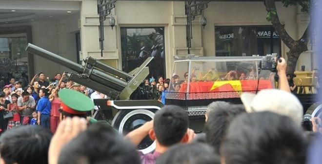 Clip xe chở linh cữu Đại tướng ra sân bay Nội Bài