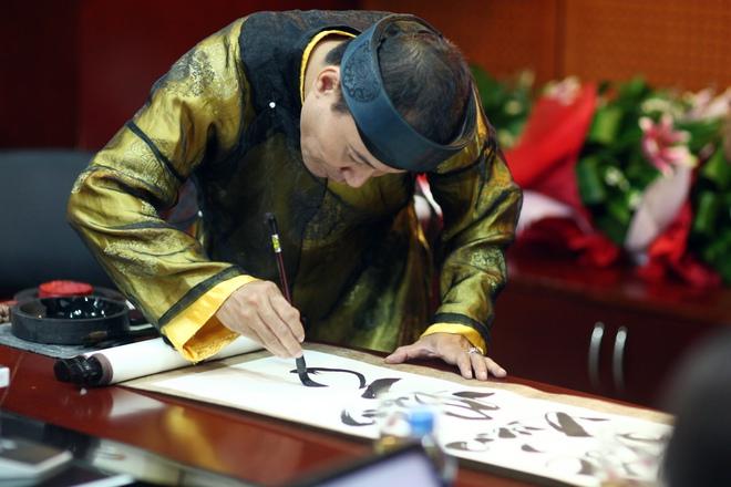Nhà thư pháp Việt múa bút mừng sinh nhật 103 của Đại tướng Võ Nguyên Giáp