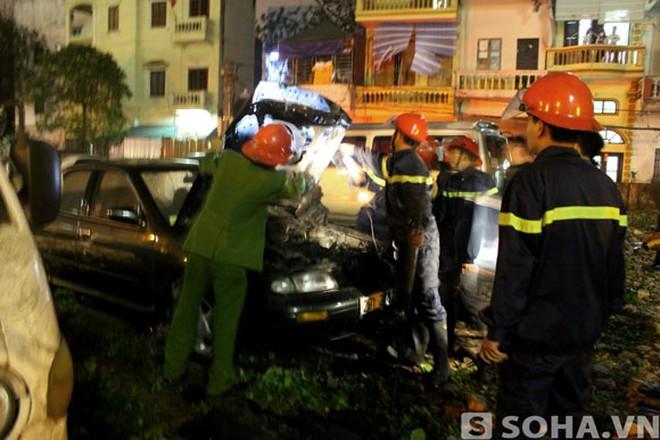 Hà Nội: Ô tô bốc cháy trong bãi gửi xe