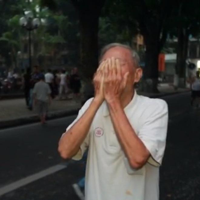 Clip: 5h30 sáng cụ 83 tuổi khóc như mưa trước cửa Nhà tang lễ