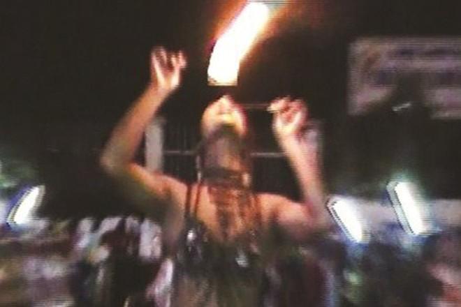 """Đắng cay """"nghề"""" múa lửa mua vui bán kẹo kéo ở Sài Gòn"""