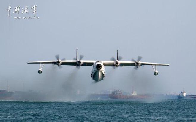 Thủy phi cơ Trung Quốc 'lao đầu' xuống biển