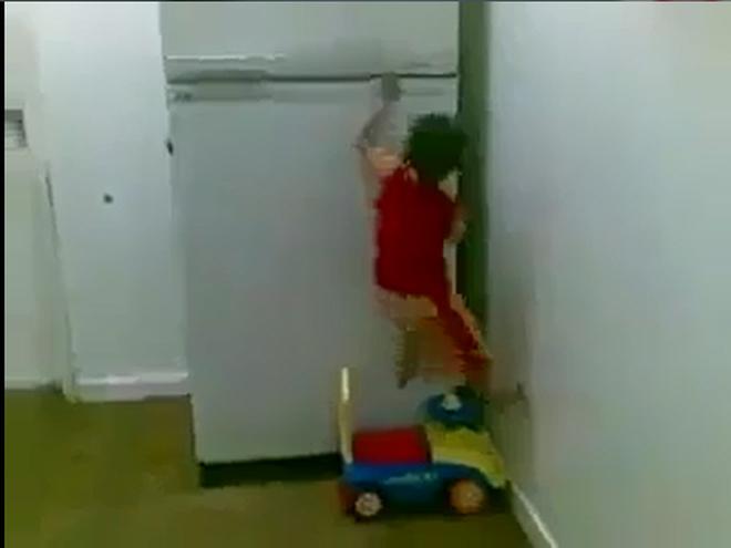 Sửng sốt trước khả năng leo trèo của bé trai 4 tuổi