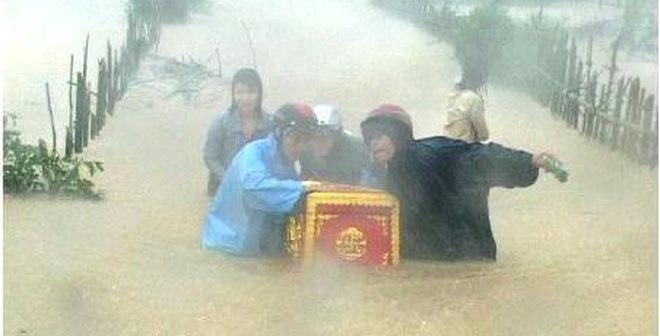 Đắng lòng hình ảnh di quan trong mưa lũ tại Quảng Bình