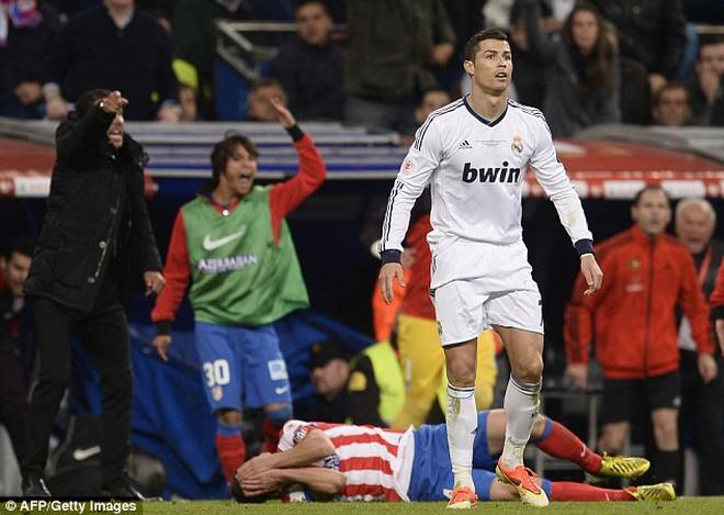 """Real 3 lần đưa bóng trúng cột dọc, Ronaldo nổi giận vì quá """"đen"""""""