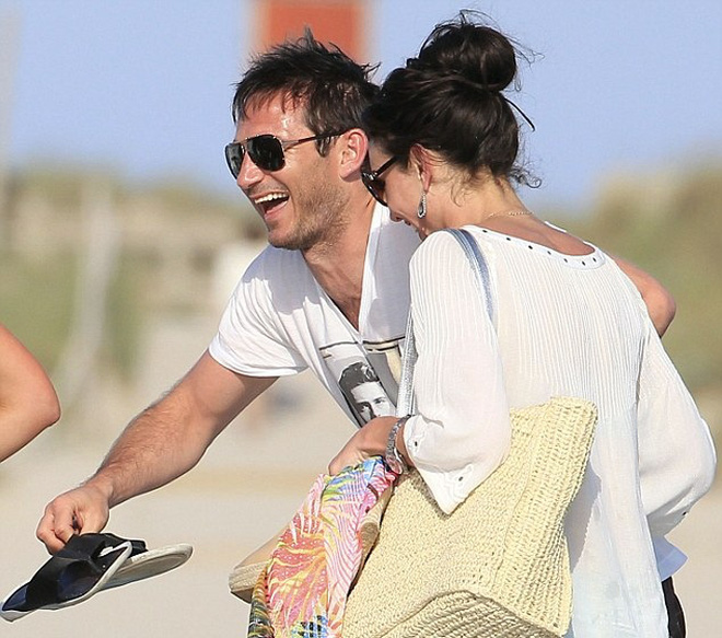 Đưa vợ đi chơi, Lampard cười tươi như hoa