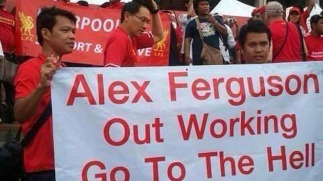 """Fan Liverpool gây sốc với biểu ngữ: """"Ferguson, hãy đi xuống địa ngục!"""""""