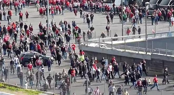 CĐV Bayern và Dortmund choảng nhau tưng bừng tại London