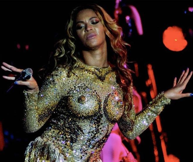 Beyonce sexy ngay trong đêm mở màn tour diễn