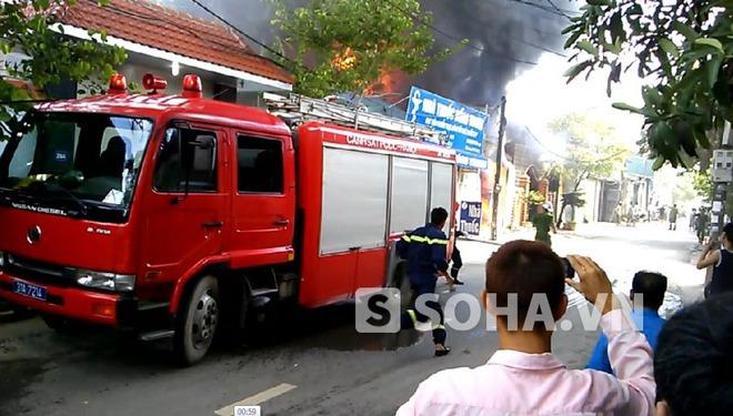 Hà Nội: Cháy lớn thiêu rụi xưởng sơn