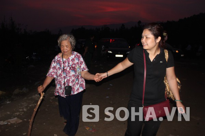 Cụ bà 73 tuổi bắt tàu đêm từ Hà Nội vào Vũng Chùa tiễn Đại tướng