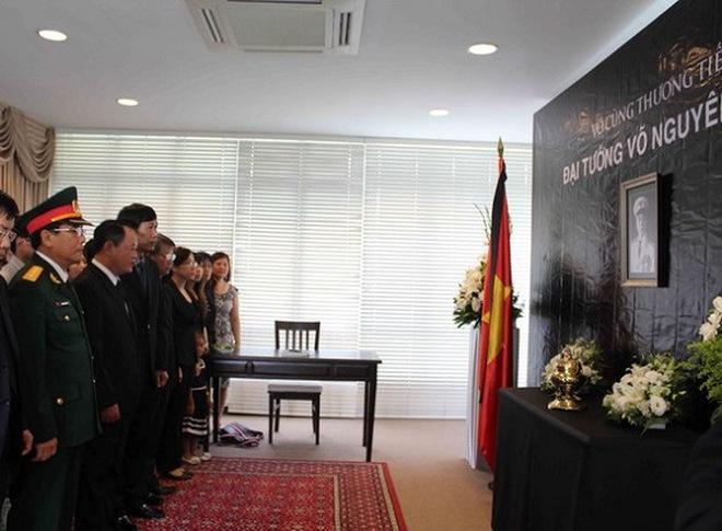 Lễ viếng Đại tướng Võ Nguyên Giáp tại các ĐSQ Việt Nam trên TG