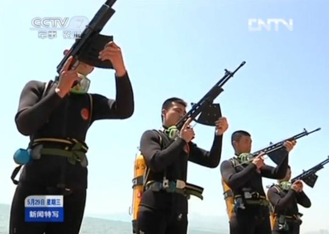 Dấu hiệu mới: Người nhái Trung Quốc trang bị súng trường mạnh