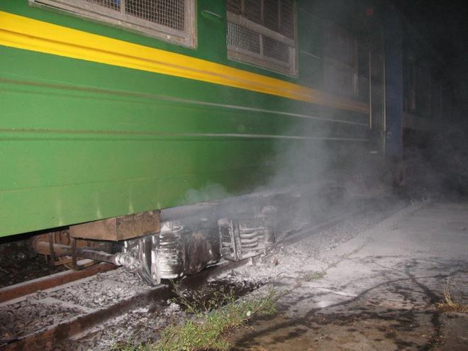 Gầm tàu bốc khói, hành khách hoảng loạn