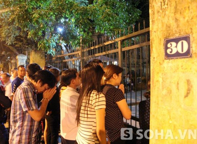 Nửa đêm, người dân vẫn đứng trước nhà để tiễn đưa Đại tướng