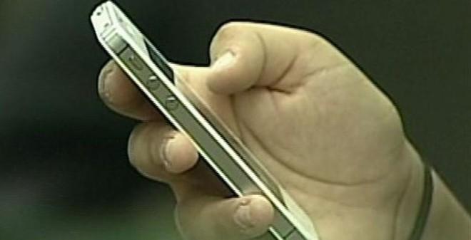 Con trai dùng dao chém bố vì không được tặng iPhone