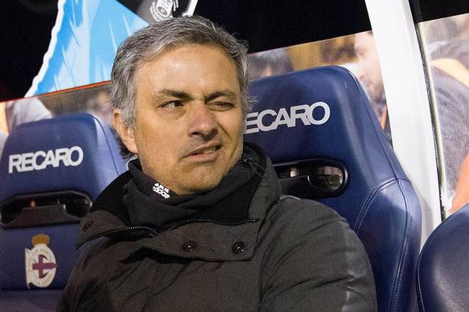 """Mourinho chơi trò """"ném đá giấu tay"""" trên sân Bernabeu"""