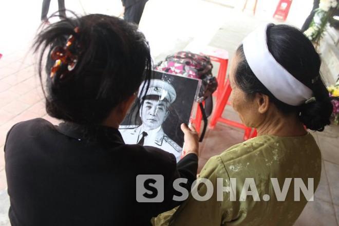 Sau lễ tang, người dân vẫn tới khóc thương Đại tướng ở An Xá