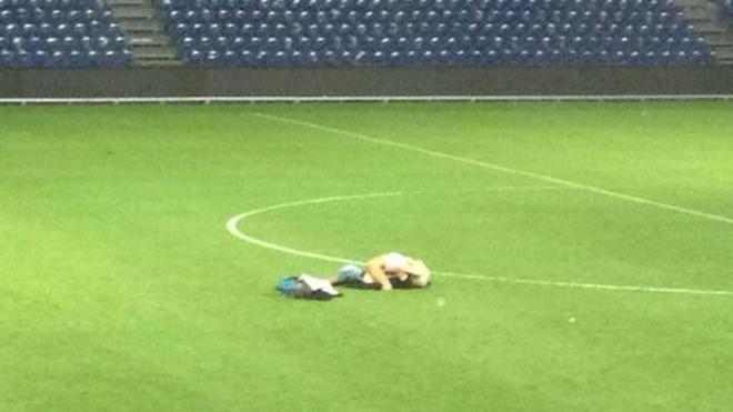 Cặp tình nhân Đan Mạch quan hệ ngay giữa sân bóng
